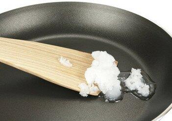 L'huile de coco est une huile végétale qui appartient à la famille des graisses saturées